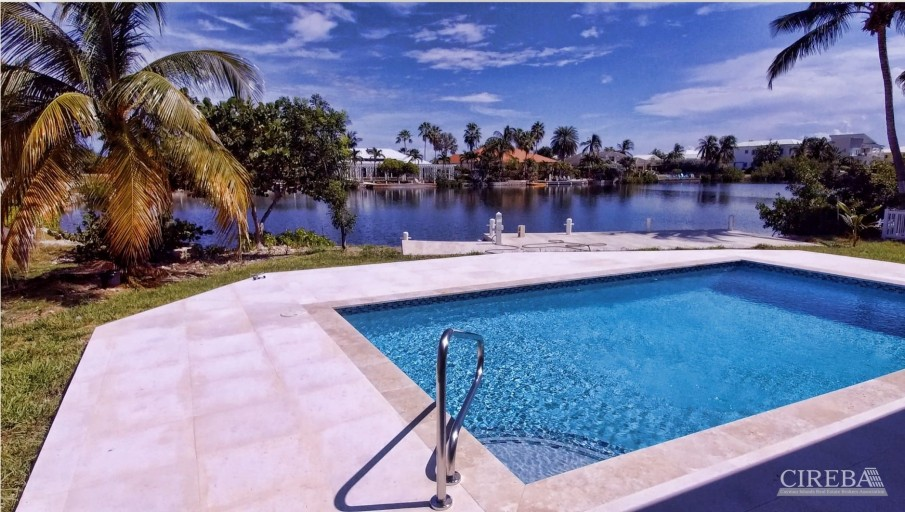 LUXURY LIVING IN THE SHORES - Image 1